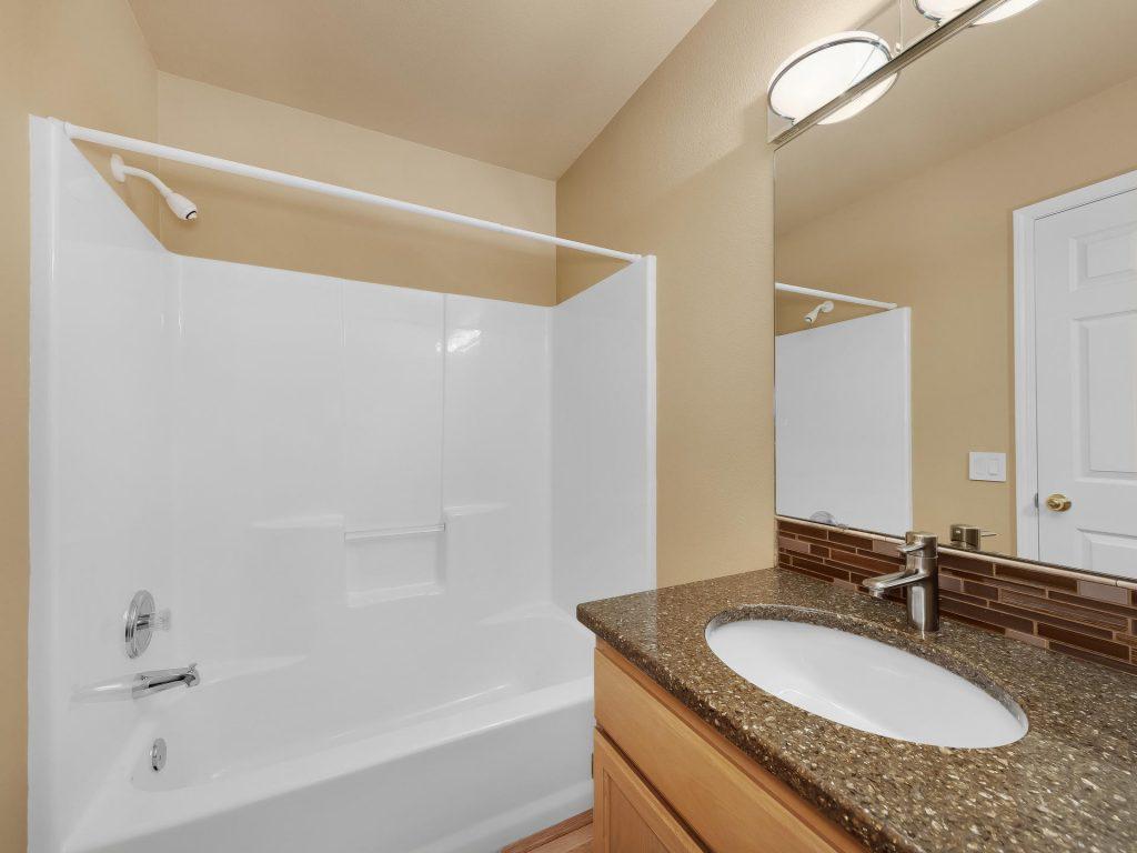 7437 SW 32nd Ave Portland OR-026-014-Main Bath-MLS_Size